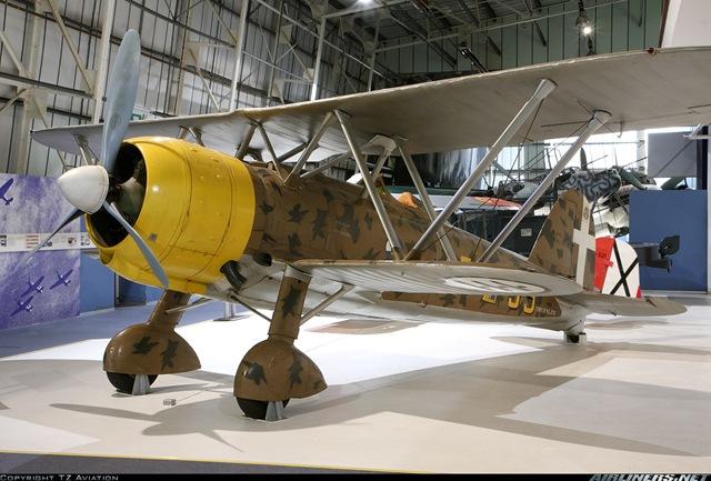 Outro exemplar do CR 42 preservado em museu, dessa vez no RAF Museum em Hendon. Os italianos deram um tom de operta a fase final da Batalha da Inglaterra, quando enviaram os seus BR-20 escoltados por caças CR42 e G50 para bombardear as docas em Londres, este Falco caiu praticamente intacto na costa de Dover e capturado passou depois da guerra a fazer parte do acervo do museu.