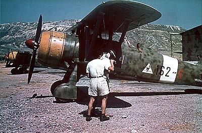 Preciosa foto colorida do tempo da guerra, mostrando um CR-42 baesado no teatro de operações do Mediterrâneo, possivelmente na Albânia.