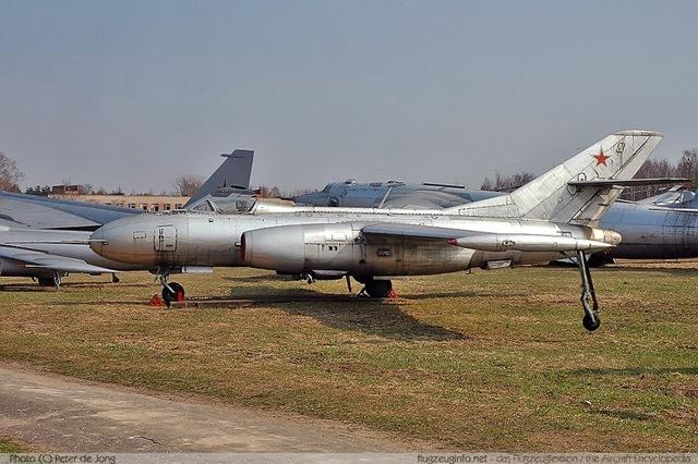 Outro exemplar da família Yak-25/27 preservado em Monino, trata-se do reconhecedor de asas retas YAK-25RV, esse avião construido mediante conversão, era bem semelhante me termos de propósito ao Martin RB-57