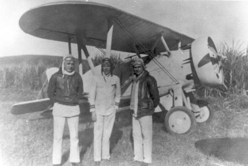 Os três malucos que voavam com os aviões presos por cordas...