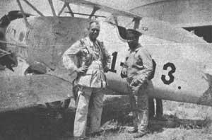 Dois oficiais desconhecidos posando junto com um Model 256 (1C3)...